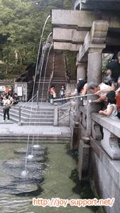 清水寺の音羽の滝を飲んでいる様子