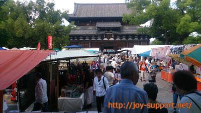 東寺の弘法市の様子