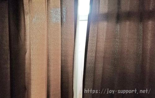 カーテンの隙間から差す光